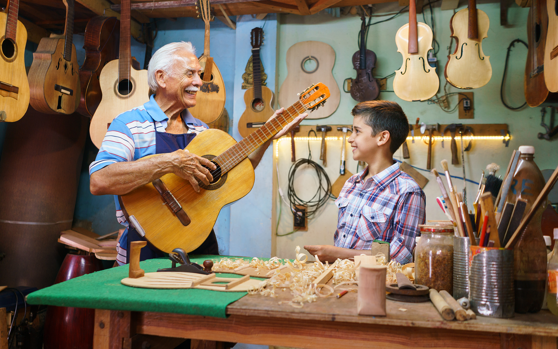HowCochlearSolutionsWork-Grandpa-Grandson-Guitars-CI_es.png